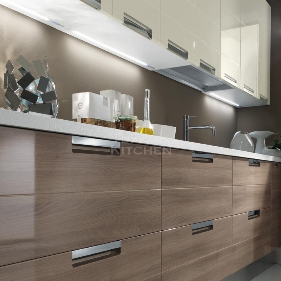 Cloe Γυαλιστερή κουζίνα με οριζόντιες γραμμές ενσωματωμένα πόμολα