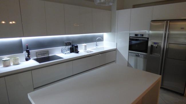 Κουζίνα Λάκα Λευκή με πόμολο Gola, Corian® Πάγκο + Νεροχύτη 6.200€
