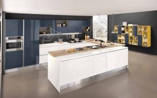 Κουζινα λευκη με μπλε σκουρο