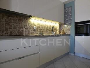 Κουζινα σε γυαλιστερο βακελιτη πολυμερικο 25