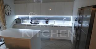 Επιπλα Κουζινας με Λακα Λευκη και πομολο Gola 1
