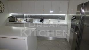 Επιπλα Κουζινας με Λακα Λευκη και πομολο Gola 17