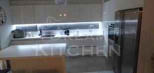 Επιπλα Κουζινας με Λακα Λευκη και πομολο Gola 2