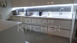 Επιπλα Κουζινας με Λακα Λευκη και πομολο Gola 3