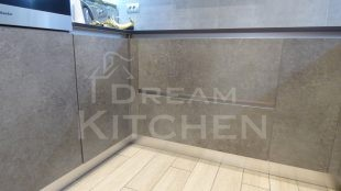 Επίπλα κουζίνας HPL Cemento με παγκο Fenix 18