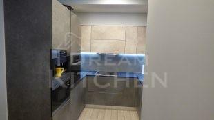 Επίπλα κουζίνας HPL Cemento με παγκο Fenix 4