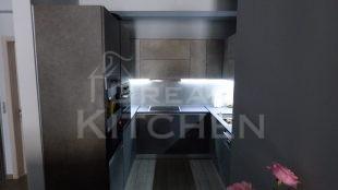 Επίπλα κουζίνας HPL Cemento με παγκο Fenix 5