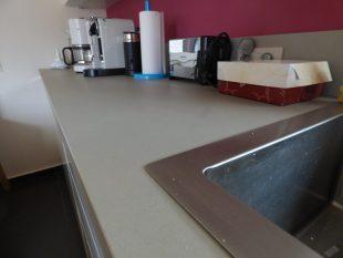 Έπιπλα Κουζίνας Λάκας Nexa με χωνετή λαβή Gola και πάγκους Νανοτεχνολογίας FENIX NTM® χρωματισμού Zinco Doha 10