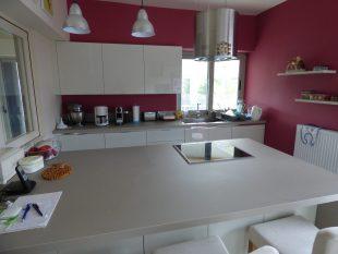 Έπιπλα Κουζίνας Λάκας Nexa με χωνετή λαβή Gola και πάγκους Νανοτεχνολογίας FENIX NTM® χρωματισμού Zinco Doha 12
