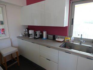 Έπιπλα Κουζίνας Λάκας Nexa με χωνετή λαβή Gola και πάγκους Νανοτεχνολογίας FENIX NTM® χρωματισμού Zinco Doha 17