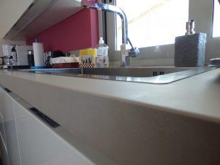 Έπιπλα Κουζίνας Λάκας Nexa με χωνετή λαβή Gola και πάγκους Νανοτεχνολογίας FENIX NTM® χρωματισμού Zinco Doha 29