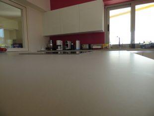 Έπιπλα Κουζίνας Λάκας Nexa με χωνετή λαβή Gola και πάγκους Νανοτεχνολογίας FENIX NTM® χρωματισμού Zinco Doha 31
