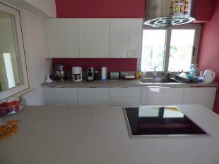 Έπιπλα Κουζίνας Λάκας Nexa με χωνετή λαβή Gola και πάγκους Νανοτεχνολογίας FENIX NTM® χρωματισμού Zinco Doha 32