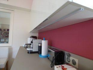 Έπιπλα Κουζίνας Λάκας Nexa με χωνετή λαβή Gola και πάγκους Νανοτεχνολογίας FENIX NTM® χρωματισμού Zinco Doha 34
