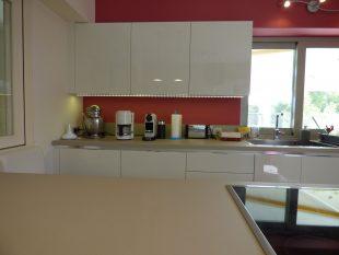 Έπιπλα Κουζίνας Λάκας Nexa με χωνετή λαβή Gola και πάγκους Νανοτεχνολογίας FENIX NTM® χρωματισμού Zinco Doha 37