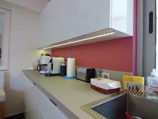 Έπιπλα Κουζίνας Λάκας Nexa με χωνετή λαβή Gola και πάγκους Νανοτεχνολογίας FENIX NTM® χρωματισμού Zinco Doha 39