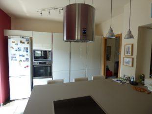 Έπιπλα Κουζίνας Λάκας Nexa με χωνετή λαβή Gola και πάγκους Νανοτεχνολογίας FENIX NTM® χρωματισμού Zinco Doha 8